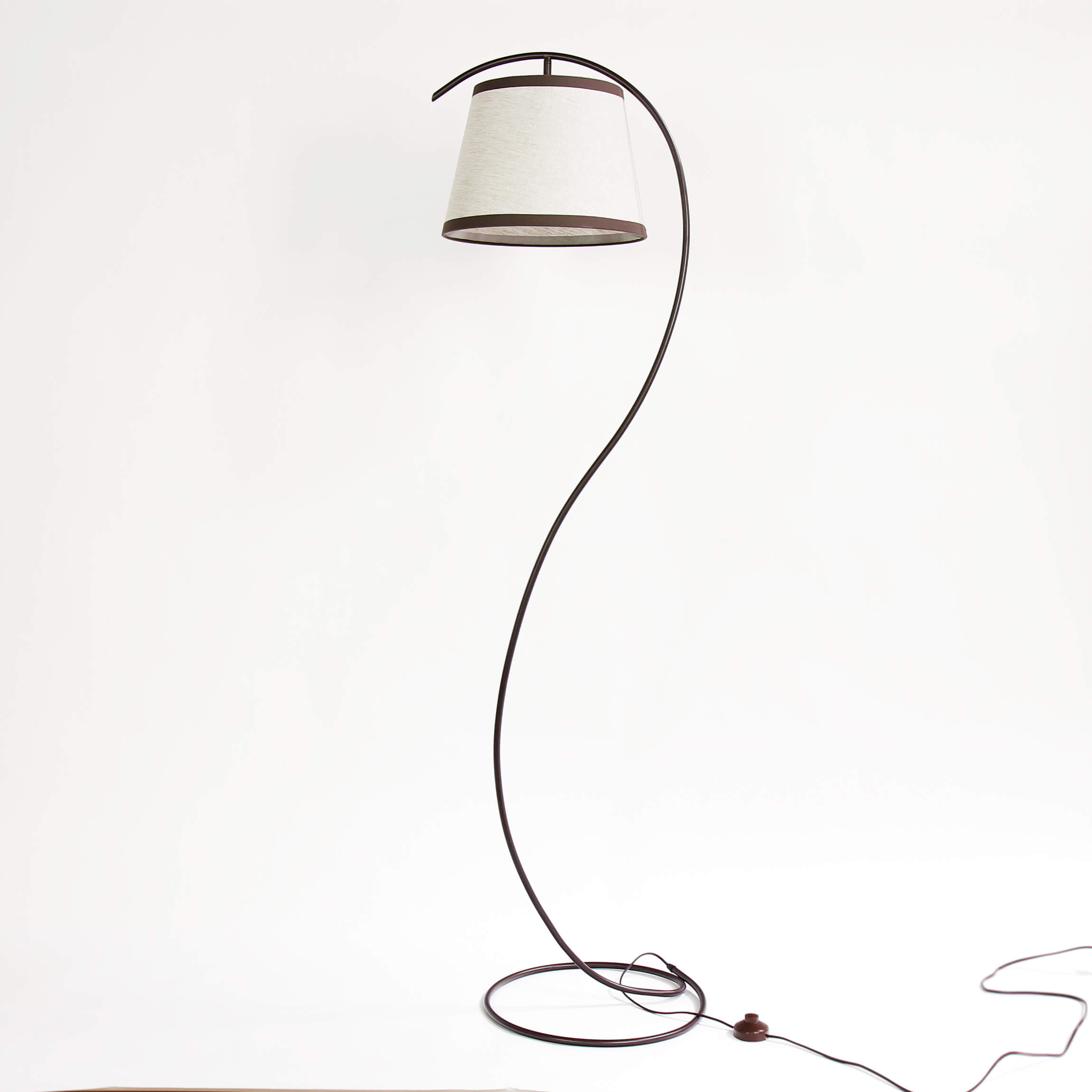 Elegante Stehlampe Laki geschwungen Braun Beige